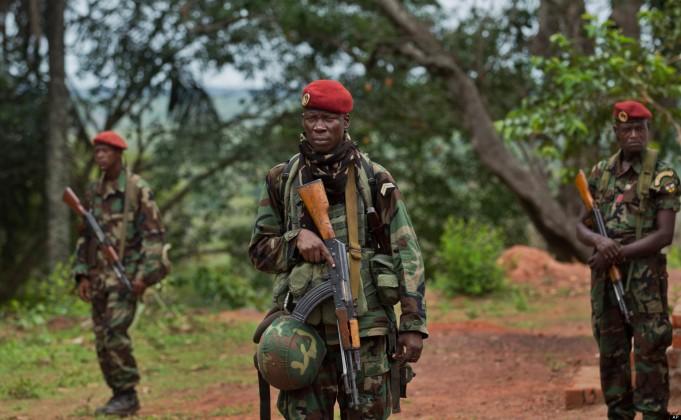 Leden van de presidentiele garde werken samen met US special forces in Obo, om Joseph Kony' s LRA te traceren.